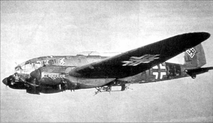 В передней части подфюзеляжной гондолы Не-111Н-10 (A1+LL) из 3/KG-53 установлена 20-мм пушка MG-FF. Она предназначена для поражения наземных и морских целей, хотя использовалась и для борьбы с истребителями противника. За свою уязвимость подфюзеляжная гондола получила у воздушных стрелков прозвище «Sterbebett» – ложе смерти. Нижние поверхности самолета окрашены в черный цвет.