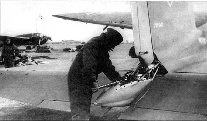 Оружейник люфтваффе обслуживает установленный в законцовке фюзеляжа бомбардировщика Не-111Н-6 (заводской номер 7890) 7,92-мм пулемет Рейнметалл MG-17. Некоторые He-111H оснащались подобными дистанционно управляемыми стрелковыми точками. Скорострельность MG-17 была такой оке, как у MG-15 -1100 выстрелов в минуту.