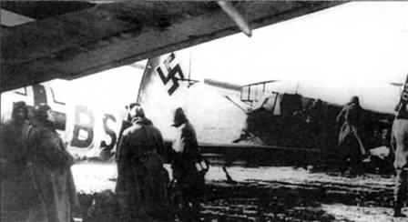 Наземный персонал готовит сцепку планера DFS-230 и буксировщика Не-111Н-6 (F7JSS), Восточный фронт, конец 1942 г. Бомбардировщик принадлежит Schleppgruppe-1, группа занималась буксировкой планеров DFS-230 и ряда планеров других типов.
