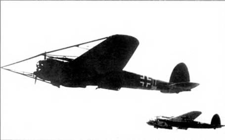 Не-111Н-8 в тренировочном полете парой со стандартным Не-111Н-6. В вариант Не-11IH-8 фирма Хейнкель переоборудовала 30 самолетов Не-111Н-3 и Не-111 Н-5. Самолеты оснащались огромными ножами для резки тросов аэростатов заграждения. Считалось, что такие самолеты смогут прорваться на малых высотах к хорошо защищенным аэростатами британским городам, а по проделанным Не- 111Н-8 проходам пойдут «нормальные» бомбардировщики.