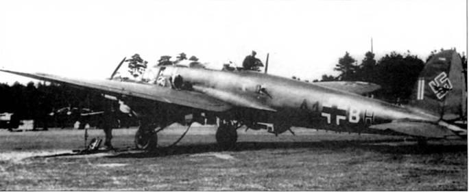 Обслуживание самолета Не-111Н-11 (А1+ВН) из 1/KG-53, Франция. В окне фюзеляжа установлен спаренный пулемет Маузер MG-81Z калибра 7,92 мм, второй такой пулемет смонтирован в оконном проеме правого борта. Скорострельность пулемета MG-81Z составляла 1200-1500 выстрелов в минуту. Такие пулеметы очень часто ставили в фюзеляжи бомбардировщиков Не-111Н позднего выпуска. Некоторые самолеты также вооружались одноствольными MG-811 на нижней и верхней стрелковых точках.