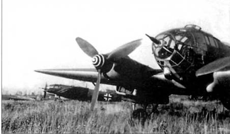 Не-111Н-11 на венгерском аэродроме. На кок винта нанесена спиральная линия – Spiralsc/mauze, маркировка необычная для бомбардировщиков люфтваффе, хотя и получившая широкое распространение на немецких истребителях. На заднем плане – вооруженный 20-мм пушкой MG-FF в носу фюзеляжа Не-111Н-10. Не-111H-11 на переднем плане также вооружен такой пушкой, однако на ней не установлен пламегаситель. На Не-111Н-10 стоит пушка с пламегасителем, очевидно самолет использовался для ночных рейдов.