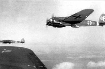 В полете бомбардировщики He-111H-16/R-2, Восточный фронт, начало 1943 г. Предназначение буквы «Е» (предположительно белого цвета) не установлено. Самолеты He-111H-16/R-2 комплектовались буксировочным оборудованием, они могли применяться как бомбардировщики и как буксировщики планеров.