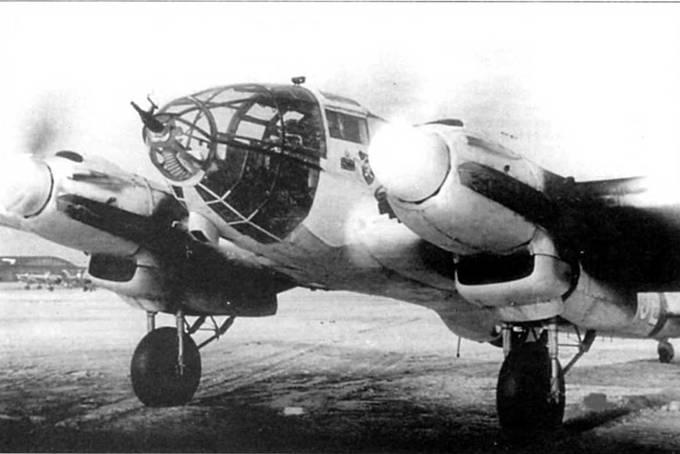 He-111H-16 (NI+JE), Экипаж прогревавает двигатели ЮMO-211F-2 перед взлетомi Восточный фронт. Самолет временно окрашен в белый цвет. На борту фюзеляжа нанесена эмблема Schleppgruppe-4B носу установлена 20-мм пушка MG-FF.