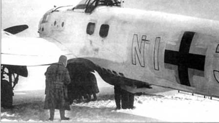 Техники готовят к очередному вылету на Восточном фронте бомбардировщик Не- 111Н-16 (NI+JE), начало 1943 г. Самолет приписан к Schleppgruppe-4, Не-111 из этой группы часто использовались в качестве бомбардировщиков. В подфюзеляжной гондоле самолета установлен спаренный пулемет MG-81Z калибра 7,92 мм.