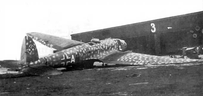 He-111H-16/Rl (+АН), аэродром Градец Кралове, Чехия, май 1945 г. Отступающий немецкие войска успели повредить самолет. В гондоле установлен 13-мм пулемет MG-131. Поверх стандартной камуфляжной окраски верхних поверхностей бомбардировщика нанесены пятна светло-серого цвета (RLM-76, FS 36473).