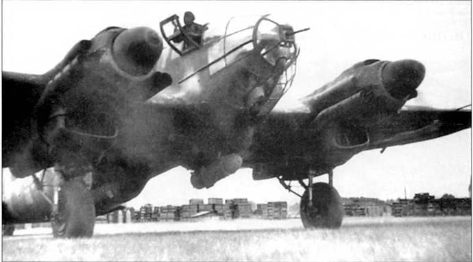Не-111Н-20 из KG-55 выруливает на старт перед ночным рейдом на Лондон, начало 1944г. Из кабины высунулся штурман. На выхлопных патрубках двигателей установлены пламегасители. Под фюзеляжем подвешена 1000-кг бомба PC- 1000RS.