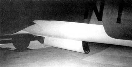 Во второй половине 1944 г. на базе бомбардировщиков He-111H-20/Rl и Не-111Н-23 выпускались десантные модификации. Самолеты были способны перевозить до 16 парашютистов. На снимке – He-111H-20/R1 из коллекции музея Королевских ВВС Великобритании в Хендоне. Парашютисты покидали самолет через заднюю часть подфюзеляжной гондолы.