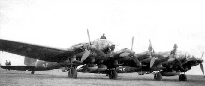 Не-111Z-l на аэродроме Полтава, Украина, 1943 г. «Цвиллинг» представлял собой два Не-111Н-6, объединенных в единое целое общим центропланом, в середине которого монтировался пятый мотор. Под обоими фюзеляжами подвешено по два 900-литровых топливных бака. В феврале 1943 г. самолеты Не-111Z-1 применялись для буксировки гигантских десантных планеров Ме-321 и Go-242.
