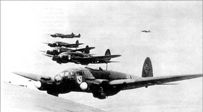 Пятерка бомбардировщиков Нс-111P в строю пеленга, снимок начала 1939г. Один Не-111P отстал от группы. Самолеты окрашены по предвоенной схеме: RLM-61/62/63. Бортовые коды – пятизначные. По эмблеме на борту фюзеляжей самолетов можно определить принадлежность – III/KG-255. Приказом от 1 мая 1939 г. в ознаменование Дня Международной солидарности трудящихся III/ KG-255 была преобразована в III/KG-51.