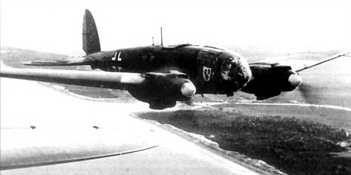 Не-111Н или He-111P в полете над побережьем Франции. На борту фюзеляжа отчетливо видна эмблема KG-6. По белому цвету коков винтов легко установить принадлежность машины к I-й группе. За опознавательным знаком на борту фюзеляжа видны литеры «3Е» черного цвета.