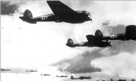 В полете группа бомбардировщиков Не-111Н или Не-111Р, дневной надет на Британию, 1940 г. Нижние поверхности самолетов окрашены в черный цвет. Индивидуальные литеры бортовых кодов – белого цвета. Начиная с сентября 1940 г. Не-1 И в больших количествах бомбили Англию в темное время суток. Причиной перехода к ночным рейдам послужти большие потери в бомбардировщиках, которые люфтваффе несло от истребителей RAF днем.