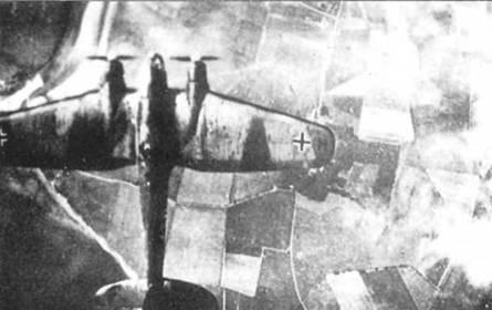 Не-111 над Англией, дневной рейд, 1940 г. Низкая облачность частично скрывает местность, проплывающую под бомбардировщиком. Рядом с крестом, ближе к законцовке, на правой плоскости крыла можно различить букву «М» – индивидуальный код самолета.