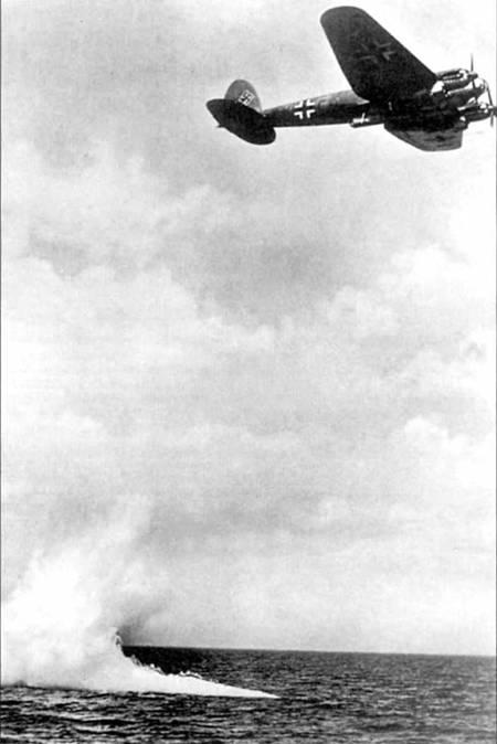 """Сброс двух торпед LT F5b с самолета Не- 111Н-6 (9К+СР) из 6/KG-51 """"Edehveisgeschwader"""". Нижняя поверхность фюзеляжа сохранила черную окраску со времен битвы за Британию.."""