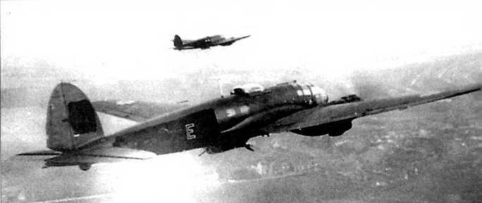 He-111H-6 (Gl+EH) в паре с другим бомбардировщиком Не-111 сфотографирован над Англией, конец 1940 г. Самолет принадлежит 5/KG-55. Нижние поверхности обоих самолетов перекрашены в черный цвет, обратите внимание на закрашенную свастику на вертикальном оперетт ближайшего к камере самолета. Литера «Е» красного цвета с белой окантовкой.