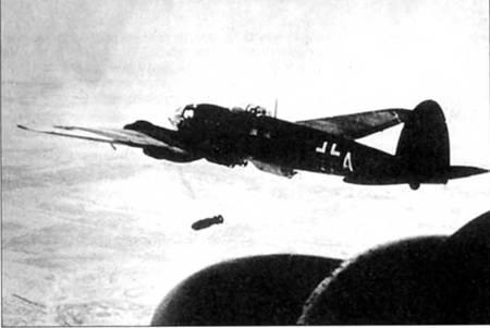 Сброс 500-кг бомбы SC-500 с Не-111Н, Восточный фронт. Под фюзеляжем еще висят две таких же бомбы. На верхних поверхностях крыла заметна сильно облезшая зимняя белая окраска.