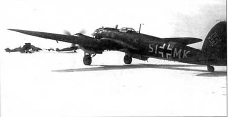 В конце 1941 г. этот самолет Не-111Н-3 SI+MK использовал командующий истребительной авиацией люфтваффе генерал Адольф Голланд. Литеры бортового кода и полоса вокруг фюзеляжа – желтого цвета. Полоса сильно смещена вперед. Снимок сделан на заснеженном полевом аэродроме где-то в Советском Союзе.