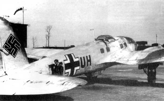 Верхние поверхности Не-111Н-6 (T5+UH) временно окрашены в белый цвет. Снимок конца 1941 г. или начала 1942 г., Восточный фронт. Самолет принадлежит 1/Aufklarungsgruppe Ob.d.L (разведывательная группа при командующем люфтваффе). Группа занималась стратегической разведкой в интересах штаба люфтваффе. Вооружение с верхней и нижней стрелковых точек демонтировано в целях облегчения самолета.