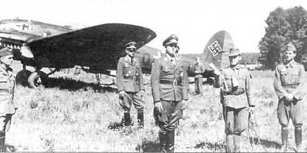 Делегация офицеров люфтваффе прибыла на аэродром базирования дальнеразведывательной эскадрильи 1/1 Королевских ВВС Венгрии. Германские офицеры прибыли на самолете Не-111, который нередко использовался в качестве курьерского. Курьерские варианты не имели внутреннего бомбоотсека. Визит приурочен к награждению нескольких венгерских летчиков Железными крестами 1-го класса.