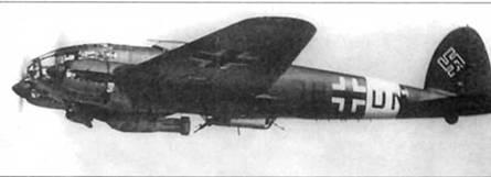 Не-111Н (1H+DN) из III/KG-26 в полете с подвешенной под фюзеляжем 1000-кг бомбой SC- 1000. В гондоле под фюзеляжем помимо пулемета MG-15 установлена 20-мм пушка MG- FF. III группа 26-й эскадры была переброшена в 1941 г. в Италию. Самолеты люфтваффе действовавшие на Средиземноморье^ несли вокруг фюзеляже полосы белого цвета.