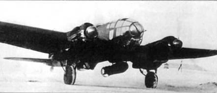 Взлетает Не-111 Н-6 из KG-26, Восточный фронт. На внешней подвеске – 1000-кг бомба S С-1000. Нижние поверхности самолета со времен битвы за Британию остались черными.