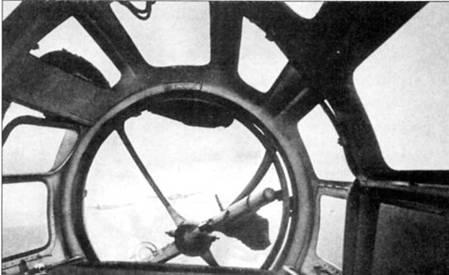 Оборонительное вооружение бомбардировщика Не-111 В-2 состояло из одного пулемета Рейнметалл MG-15 калибра 7,92 мм, установленного на шаровой турели Икария GD-A 1114 в носу фюзеляжи. На снимке хорошо виден пулемет. Пулемет комплектовался магазином барабанного типа на 75 патронов (на данном пулемете магазин снят). Обратите внимание на приоткрытую форточку по левому борту самолета. Форточки служили для вентиляции кабин штурмана и летчика.