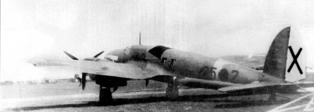 Не-111 В-I (25-2) сфотографирован на аэродроме в Испании, конец 1936 г. или начало 1937г. Задняя стрелковая точка закрыта чехлом черного цвета. Номера бомбардировщиков Не-111, поступивших на вооружение ВВС испанских националистов, начинались с кода «25». В Испании самолет Не-111 получил прозвище «Педро», на этой машине его написали белой краской в носу фюзеляжа. Бомбардировщики Не-111 В находились на вооружении двух стаффелей К/88 (Kampfgruppe) легиона «Кондор».