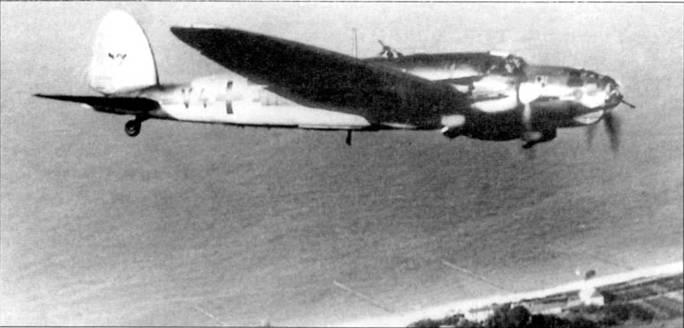 """Бомбардировщик Не-111 В-1 (V4+EH) из KG-1 """"Hindenburg"""" в полете над балтийским побережьем, 1939 г. На машинах модели «В-I» стояли моторы Даймлер-Бенц DB-60CG мощностью по 950 л.с.. Утром первого дня Второй мировой войны самолеты из 1-й эскадры нанесли удар по стоянкам кораблей ВМС Польши. В эмблеме эскадры использованы элементы фамильной геральдики величайшего полководца Первой мировой войны фельдмаршала Пауля фон Гинденбурга."""