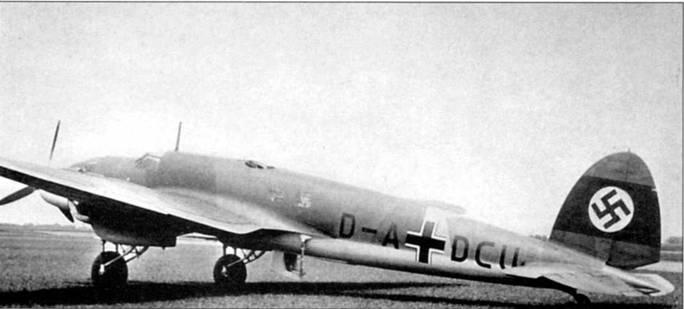 Бомбардировщик Не-111D-l с гражданским регистрационным кодом «D-ADCU» сфотографирован на одном из германских аэродромов в 1937 г. Самолеты модификации «D-1» оснащались двигателями Даймлер Бенц DВ-600А мощностью по Н65 л.с. Оборонительное вооружение состояло из трех 7,92-мм пулеметов MG-15. До 1939 г. верхние поверхности <a href='https://arsenal-info.ru/b/book/2190924436/7' target='_self'>самолетов люфтваффе</a> окрашивались по трехцветной камуфляжной схеме: темно-коричневый RLM-61 (FS 30040), зеленый RLM-62 (FS 34128) и серо-зеленый RLM-63 (FS 36373). На вертикальном оперении изображался нацистский флаг.