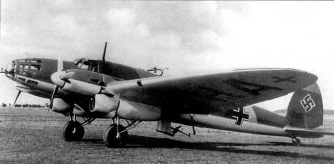 Снимок бомбардировщика Не-111D-I сделан на аэродроме в Германии в конце 1938 г, или в начале 1939 г. Пулеметы смонтироованы в носу фюзеляжа, за кабиной летчика и на люковой убираемой установке. Нижние поверхности <a href='https://arsenal-info.ru/b/book/2190924436/7' target='_self'>самолетов люфтваффе</a> в этот период окрашивались светло-голубой краской RLM-65 (FS 35352). Красная полоса и большая часть белого круга на вертикальном оперении с целью снижения визуальной заметности самолета закрашены зеленной краской RLM-62. Закрашивание элементов нацистского флага начали практиковать в люфтваффе в 1938 г. Буквы «ОНА» черного цвета, видимые на нижней поверхности плоскости крыла являются частью регистрационного кода «D-AOHA».