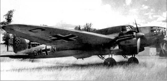 Этот Не-111Е-4 (CH+NR) в начале второй мировой войны прошел переоборудование из бомбардировщика в пассажирский самолет. И фюзеляже были оборудованы места для пассажиров, демонтированы бомбодержатели. Снята также люковая стрелковая точка, а вырез в нижней чисти под нее закрыт обтекателем. Самолеты Не-111Е-4 оснащались и моторами Юнкерс Jumo-211A-I.