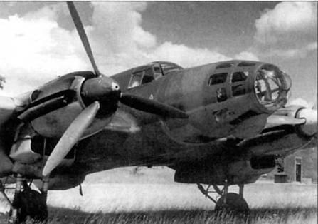 Не-111Е на стоянке аэродрома люфтваффе во Франции, 1940 г. Эту машину использовали в качестве транспортной, оборонительное вооружение и бомбодержатели демонтированы. Выхлопные патрубки двигателей Jumo-211А-1 были коллективными, что хорошо видно на снимке.