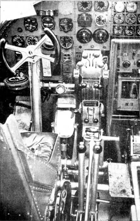 Приборная доска Не-111Е мало отличалась от приборной доски все ранних вариантов Не-111. Место первого летчика – слева от продольной оси самолета. В предвоенные годы интерьер кабин самолетов люфтваффе окрашивался в серый цвет RLM-02.