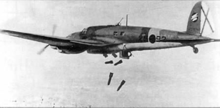 He-111E с бортовым номером «25-92» из легиона «Кондор» сбрасывает 250-кг бомбы на позиции республиканцев, Испания. Обратите внимание – нижняя стрелковая установка находится в выпущенном положении, но стрелок свое место не занимает. На киле видна эмблема легиона «Кондор» – пикирующий орел с бомбой в когтях. Орел и бомба – белые, круг – черный с красной каймой.
