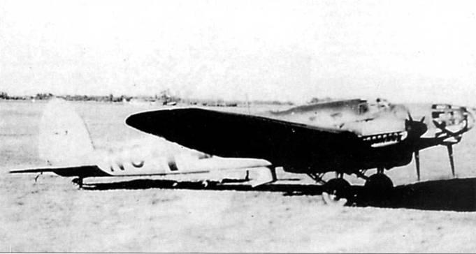 Не-111F-1, снимок сделан на венгерском аэродроме в начале 1941 г. К этому времени машина прошла переоборудовании из бомбардировщика в <a href='https://arsenal-info.ru/b/book/108010072/27' target='_self'>учебно-тренировочный самолет</a>. Бортовой код начинается с литер «УС», последние буквы кода не установлены. Турция заказала 25 бомбардировщиков Не-111F-1, заказ был выполнен к концу 1938 г.