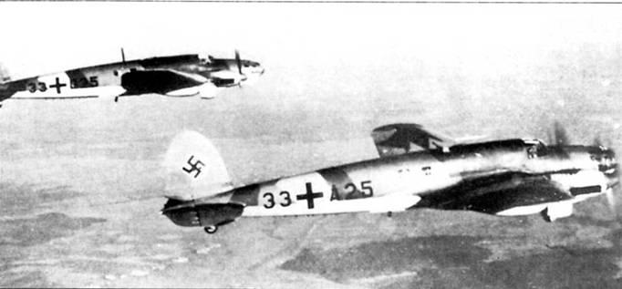 """В полете пара бомбардировщиков He-111J-I (на переднем плане самолет с бортовым кодом «33+А25»), снимок конца 1938 г. или начала 1939 г. Самолеты принадлежат KG-4 """"GeneraI Never"""", изначально они строились в варианте торпедоносцев для авиации кригсмарине, но заказ флота на 80 торпедоносцев был аннулирован, после чего самолеты конвертировали в обычные бомбардировщики."""