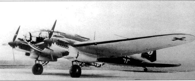 Не-111Р-2 на стоянке заводского аэродрома фирмы Хейнкель в Ростоке-Мариене, начало 1939 г. Модификация «Р-2» стала первым Не-111 с измененными обводами носовой части фюзеляжа и закрытой нижней стрелковой точкой. На нижней поверхности носовой части фюзеляжа Не-111Р-2 в обтекателе монтировался бомбардировочный прицел Лофте С7. На этот бомбардировщик еще не успели нанести бортовой код.