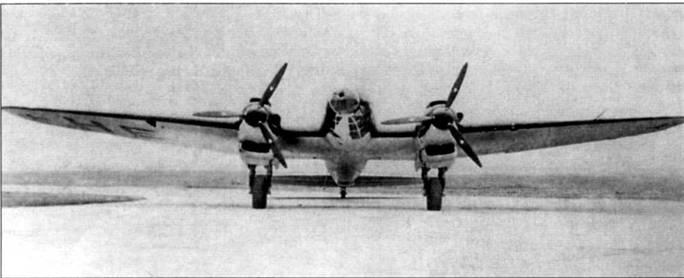 Носовая турель на Не-111Р-2 и всех последующих модификациях бомбардировщика была несколько смещена вправо от продольной оси самолета. Площадь остекления нижней поверхности передней кабины увеличена для лучшего обзора на рулежке, взлете и посадке. Обратите внимание на воздухозаборники нагнетателей двигателей DВ-601, которые смонтированы на левых бортах мотогондол. На нижней поверхности правой плоскости крыла видны литеры «НЕ», скорее всего они обозначают принадлежность машины фирме Хейнкель.