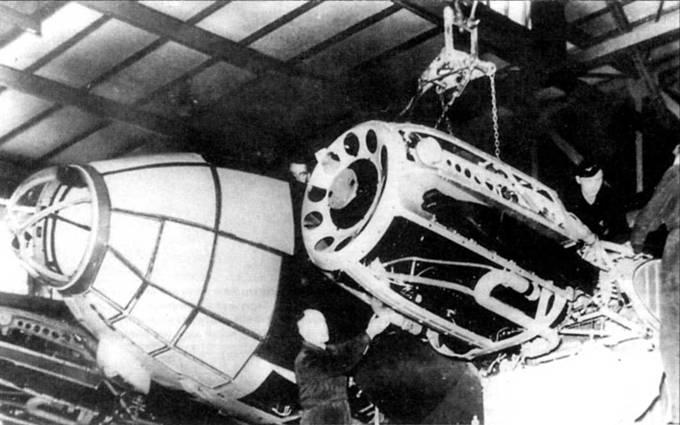 Монтаж левого двигателя DВ-601А на бомбардировщик Не-111Р-2 в заводском цеху. Двигатель крепится к мотораме и отделен собственно от планера противопожарной перегородкой. Самолеты Не-111Р выпускались заводом фирмы Хейнкель и по лицензии – заводами фирм Арадо и Дорнье. По состоянию на 1 сентября 1939 г., день начала Второй мировой войны, в составе люфтвафффе насчитывалось 349 бомбардировзциков Не-111P, из них боеготовыми являлись 295 самолетов.