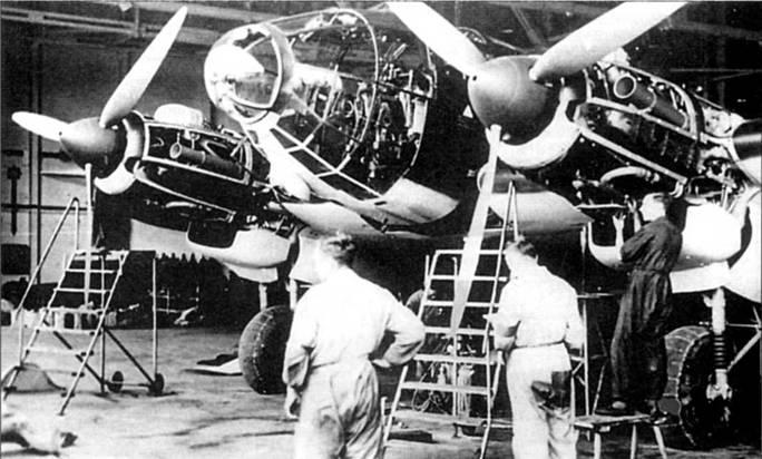 Подготовки к сдаточным испытаниям новенького Не-111Р-2. С двигателей DB-601A сняты капоты для осмотра моторов перед полетом. 12-цилиндровый двигатель жидкостного охлаждения с рядным расположением цилиндров развивал взлетную мощность в 1150 л.с. и мощность в 1020 л.с. на высоте 4500 м. На самолетах Не-111 с модификации «А» по модификацию «Н-5» стояли трехлопастные воздушные винты изменяемого шага VDM.