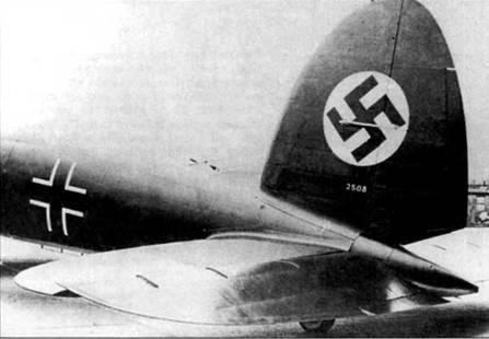 Не-111P-2 (заводской номер 2508), на вертикальное оперение нанесено изображение нацистского флага. Хорошо видны триммеры руля направления и руля высоты. Летчик мог регулировать углы установки триммеров в полете, меняя нагрузку на органы управления.