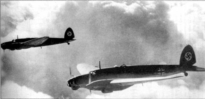 Пара Не-111В-2 в рутинном тренировочном полете над Германией. Выхлопные патрубки двигателей на Не-111В-2 были, в отличие от патрубков Не-111В-1, индивидуальными. До 1938 г. на вертикальном оперении германских самолетов изображался флаг Рейха: широкая полоса красного цвета с белым кругам и свастикой.