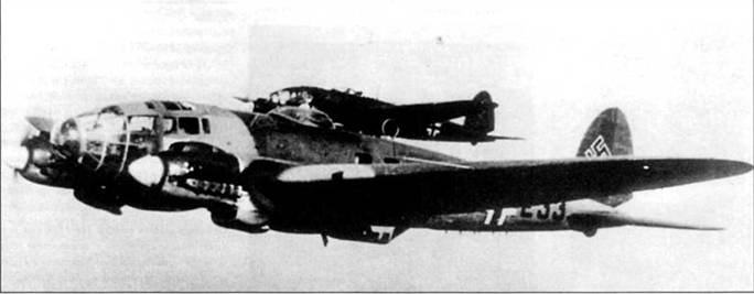 Два бомбардировщика Не-111Р-1 в тренировочном полете, середина 1939 г. Хорошо видна установленная на верхней поверхности фюзеляжи за стрелковой точкой рамочния антенна радиокомпаса. Код самолета на переднем плане вероятно «25+Е33», в этом случае машина принадлежит III/KG-255, пятый самолет в стаффеле. Номер самолета в стаффеле можно установить по букве. Первая цифра номера – код Luftkreis (авиационный округ), вторая – номер эскадры в составе Luftkreis, две последних – номер группы в составе эскадры и номер стаффеля в составе группы. В начале 1939 г. были введены новые четырехзначные бортовые идентификационые коды.