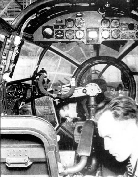 Рабочий монтирует оборудование в кабине Не-111Р-2. Обратите внимание на расположение приборной доски – на потолке, место летчика сдвинуто к левому борту. Пилотажно-навигационные приборы сгруппированы в правой части приборной доски, приборы контроля работы двигателей – в левой. В начале второй мировой войны интерьеры кабины самолетов люфтваффе стали окрашивать не в серый, а в черно-серый (RLM-66) цвет.