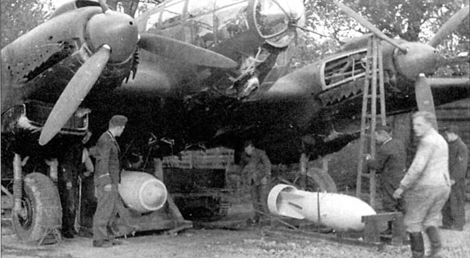 Оружейники подвешивают на Не-111P 1000-кг бомбу SC-1000. Бомбардировщику предстоит боевой вылет на Англию, 1940 г. Бомбы крепятся к внешним держателям ЕТС-2000, смонтированным на нижней поверхности фюзеляжа. При установленных держателях ЕТС-2000 подвеска бомб во внутреннем отсеке самолета невозможна, однако ЕТС-2000 позволяет увеличить калибр и суммарную массу бомбовой нагрузки.