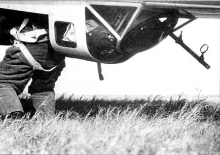 Нижний стрелок занимает свое место в подфюзеляжной гондоле He-111Р перед боевым вылетом на Польшу, 1939 г. Хорошо виден ствол и кольцевой прицель пулемета MG-15.