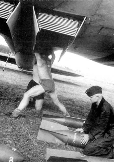 Подвеска 250-кг бомб SC-250 во внутренний бомбоотсек бомбардировщика Не-111P, Польская кампания, 1939 г. Бомбы загружаются в отсек в вертикальном положении оперением вниз. В бомботсеке можно рагместить на бомбодержателях ESAC в два ряда восемь бомб SC-250; 250 кг – максимальный калибр бомбы, которые входят во внутренний отсек. Обратите внимание на профилированные решетки в торцах бомбоотсека. Решетки служат для ламиниризации воздушного потока при открытых створках бомбоотсека.