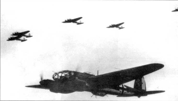 Группа бомбардировщиков Не-111Н в полете над Францией, 1940 г. На переднем плане – Не-111Н-2 (А1+ВА) из штаба КС-53 «Легион Кондор». В период битвы за Британию самолеты 53-й эскадры несли на рулях направления по три вертикальных полосы белого цвета. В носовой части самолета можно разглядеть дополнительный <a href='https://arsenal-info.ru/b/book/3005399322/95' target='_blank'>пулемет MG</a>-15.