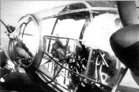 Штурман проверяет свое оборудование в кабине Не-111Н перед боевым вылетом. На снимке неплохо виден мешок для сбора стреляных гильз, закрепленный на пулемете MG-15. За остеклением кабины просматривается педаль руля направления.