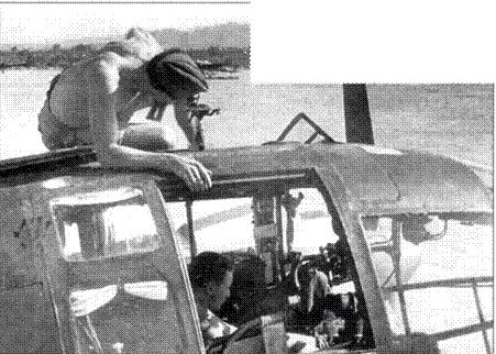 Техники работают в кабине He-111Н. Панель остекления кабины для удобства произведения работ демонтирована.